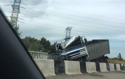 Фура слетела с моста Донецк