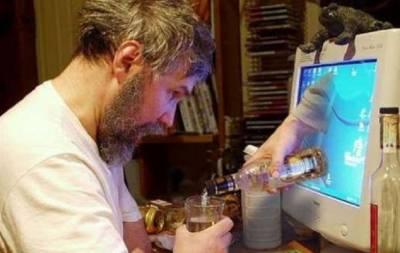 Пьет за компьютером