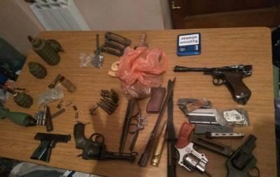 На Луганщині у місцевого колекціонера правоохоронці вилучили зброю, боєприпаси та наркотики