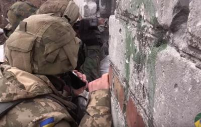 Українські військовослужбовці витягли тіло бойовика з нейтральної смуги: відео