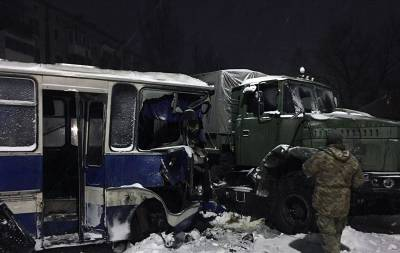 КрАЗ столкнулся с шахтным автобусом в Донецкой области: пострадали 8 человек