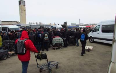 На единственном работающем пункте пропуска в Луганской области большие очереди.