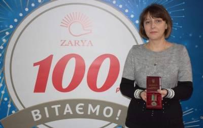 Юрий Гарбуз наградил почетной медалью сотрудника рубежанской «Зари»
