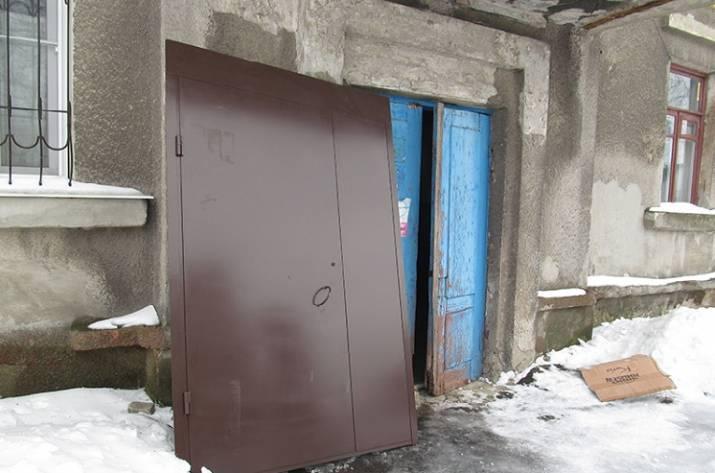 Замена входных дверей в подъездах Попасной продолжается