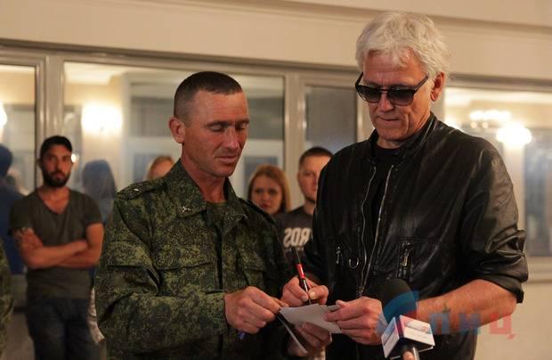Российский певец Александр Маршал, выступая в оккупированном Луганске, заявил, что готов взять в руки оружие и воевать вместе с боевиками против Украины.