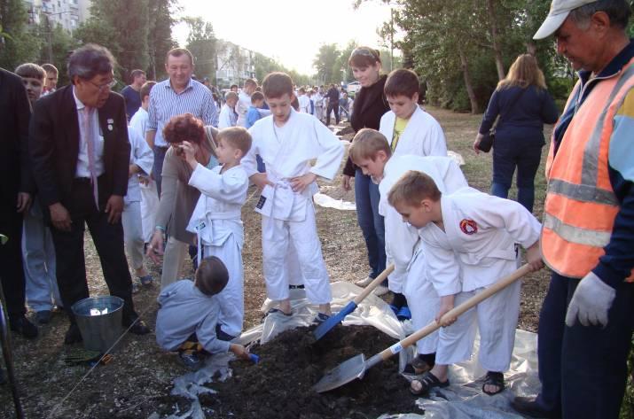 В Рубежном высадили сакуры