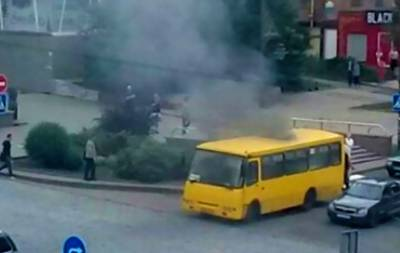 В центре Донецка загорелась маршрутка (видео)