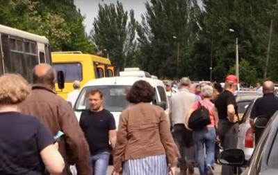 В сети показали очереди на выезд из оккупированного Донбасса (видео)