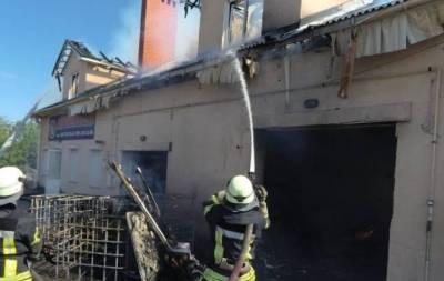 Сегодня, 4 июня, в Мариуполе, что на Донетчине, загорелась СТО.