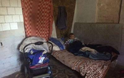 В Краматорске полицейские обнаружили двоих детей, находящихся в доме посторонней женщины и в ужасных условиях.