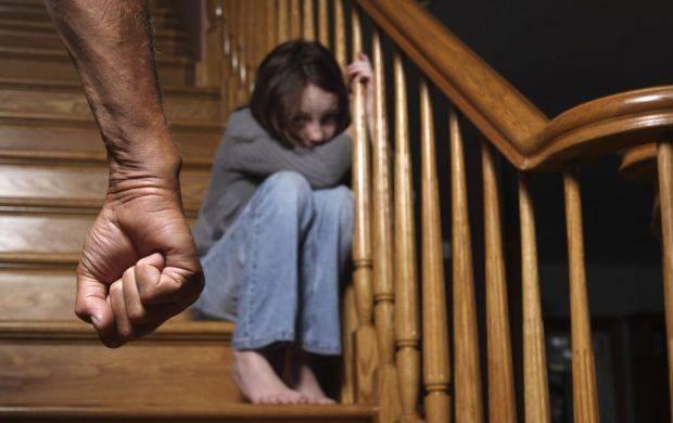 В Мариуполе отчим избил 9-летнюю падчерицу. С ушибом мягких тканей головы ее госпитализировали в больницу.