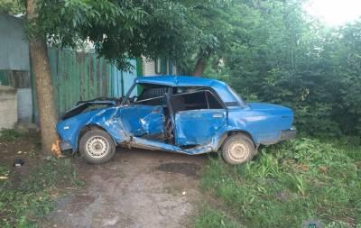 Ночью, около 2:00, в Лисичанске на улице Октябрьской неизвестный автомобиль совершил наезд на припаркованный на обочине ВАЗ 2107, протянул его несколько метров и оставил место совершения ДТП.