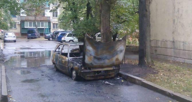 В Луганске массово горят автомобили (фото)