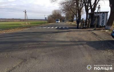 В селе Валерьяновка Донецкой области водитель грузовика сбил женщину на остановке общественного транспорта. Об этом сообщает Волновахский отдел полиции.
