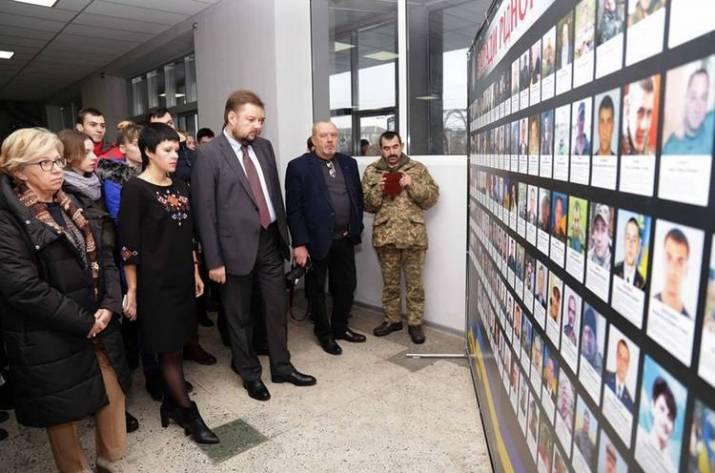 В Североонецке открылась выставка, посвящённая погибшим на фронте бойцам из Луганской области. Об этом сообщает пресс-служба ЛОВГА.