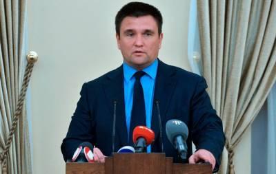 Венгерские консульства в Украине перестанут выдавать украинцам свои паспорта. Об этом в Милане заявил министр иностранных дел Украины Павел Климкин, сообщает