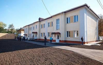 В недавно отремонтированном общежитии для переселенцев Краматорска протекает крыша. Об этом сообщает местный сайт