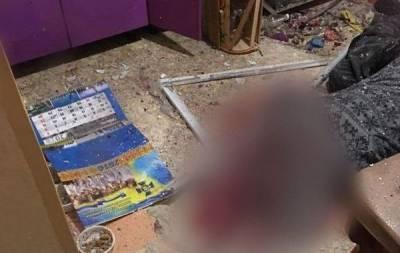Из-за взрыва гранаты в жилом доме Мариуполя погибло двое мужчин, один из которых - сотрудник СБУ. Об этом, ссылаясь на свои источники в полиции, сообщает