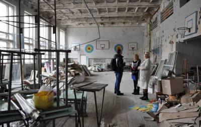 В Светлодарске пострадавшая от боевых действий школа нуждается в ремонте. Об этом на своей странице в Фейсбуке сообщает Международный Комитет Красного Креста в Украине.