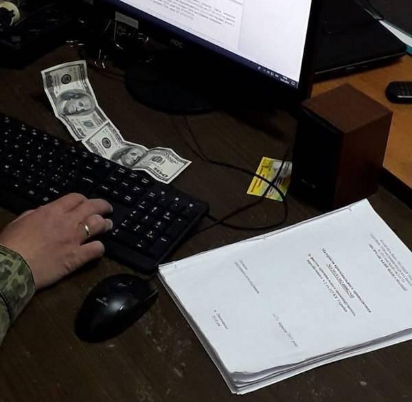 В Лисичанске задержан мужчина, предлагавший взятку сотрудникам полиции за возвращение изъятой машины с металлоломом. Об этом сообщает Отдел коммуникации полиции Луганской области.