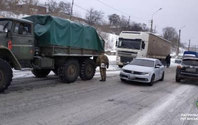 Водители грузовиков из-за погодных условий больше суток не могли преодолеть подъем в районе Горы Поповой в Лисичанске.