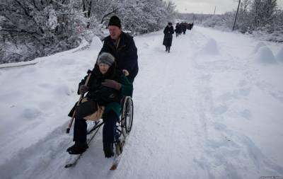 На Луганщине около 10 тысяч человек ежедневно преодолевают путь жизни и смерти. Одни, преодолев этот путь однажды, решают больше никогда не возвращаться; другие – оставляют свою жизнь на нем; а некото