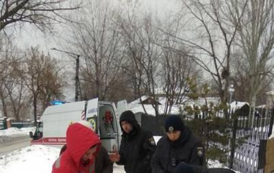 Вчера, 13 января, возвращаясь домой с работы, патрульный увидел женщину, которая неподвижно лежала на тротуаре улицы Малиновского в Лисичанске.