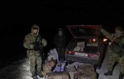 Сотрудники Государственной пограничной службы Украины задержали на границе мужчину, пытавшегося нелегально перевезти товары в страну из России. Об этом сообщает пресс-служба Восточного регионального у