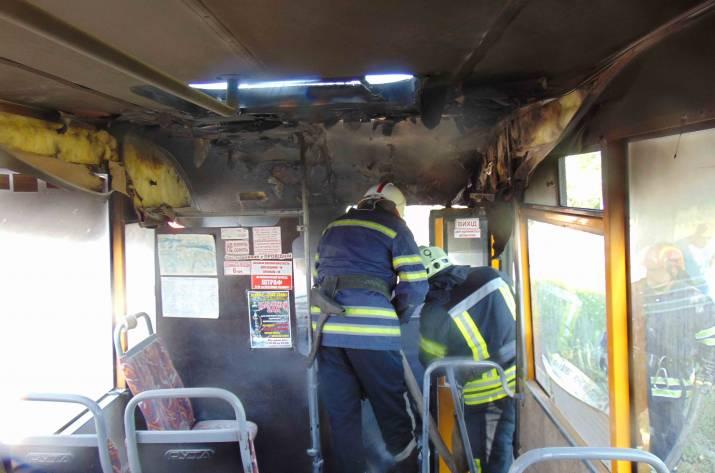 Сегодня, 18 июня, в 8:47 в Службу спасения «101» поступило сообщение о том, что вблизи жилого дома по ул. В. Сосюры в Лисичанске горит автомобиль.