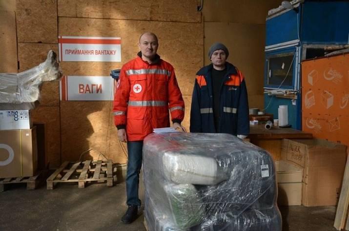 Миссия Красного Креста в Украине передала гуманитарную помощь для пострадавшего припожаре Старобельского интерната.