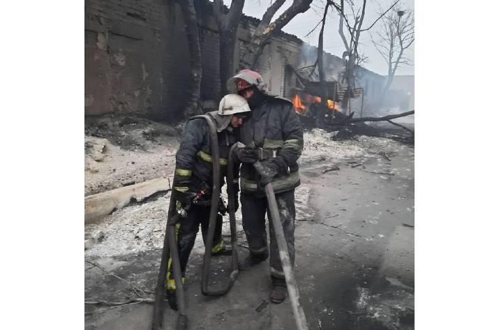Госслужба по чрезвычайным ситуациям опубликовала фото пожарных, которые всю ночь тушили масштабные пожары в Луганской области.