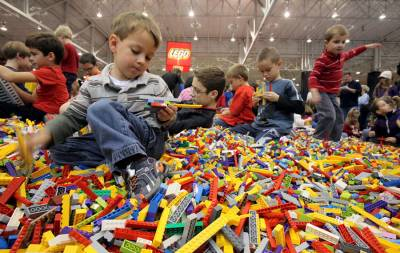 конструктор lego дети играют в игрушки