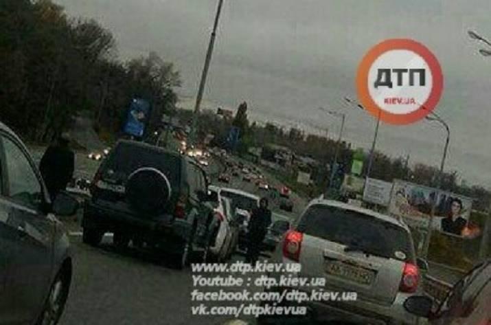 ВКиеве «паровозиком» столкнулись 11 авто