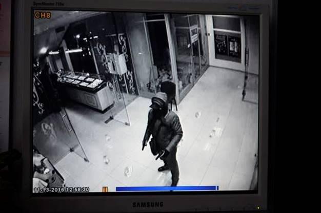 Вооруженные преступники ограбили ювелирный отдел ТРЦ вКиеве