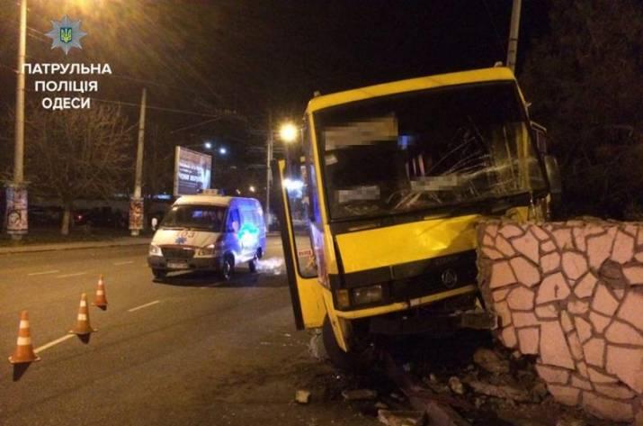 ВОдессе маршрутка врезалась вограду: шофёр сознался внаркомании