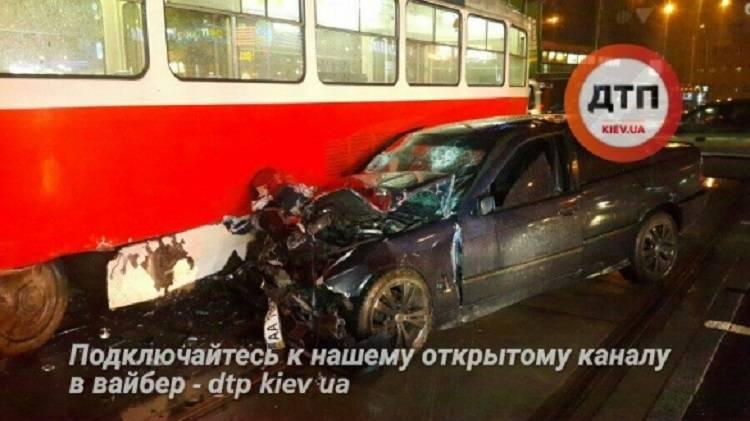 ВКиеве БМВ протаранил трамвай