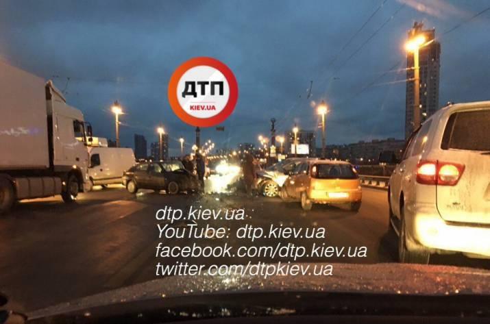 ДТП вКиеве намосту Патона: лобовое столкновение 2-х авто