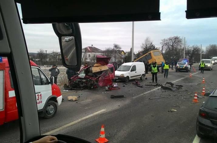Лекговой автомобиль имаршрутка спассажирами столкнулись воЛьвовской области