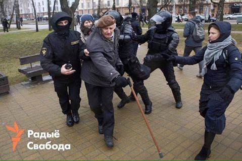 ОМОН разгоняет протестующих в Минске