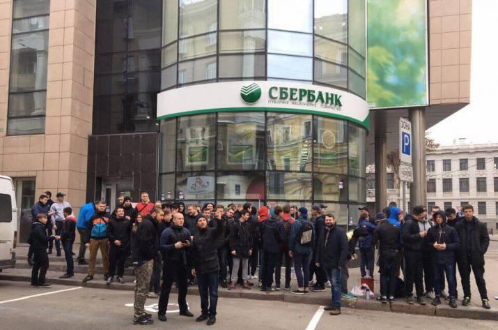 Активисты замуровали Сбербанк в Харькове