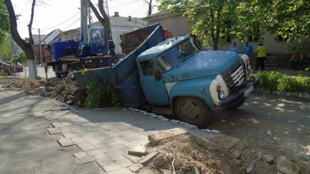 ВОдесской области под землю провалился фургон