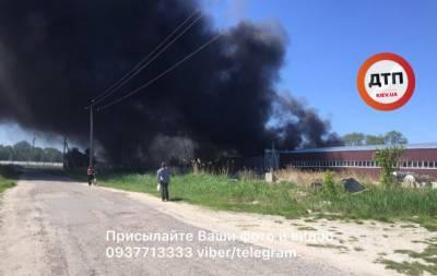 На Киевщине горит фабрика