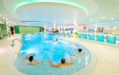 бассейн в фитнес клубе