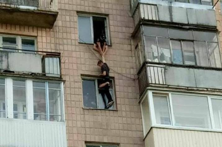Полиция спасает самоубийцу