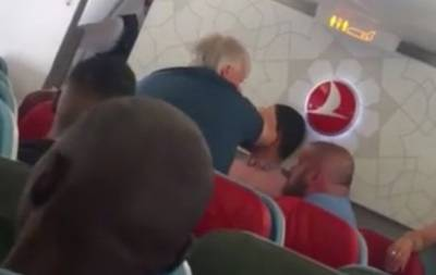 Пассажира избили в самолете